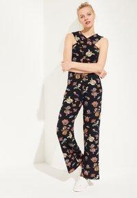 comma casual identity - MIT WICKEL-EFFEKT - Jumpsuit - marine floral print - 0