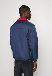 Tommy Jeans - REVERSIBLE RETRO POPOVER - Light jacket - twilight navy - 2