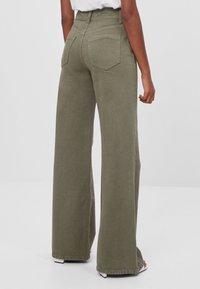 Bershka - MIT WEITEM BEIN - Flared Jeans - green - 2