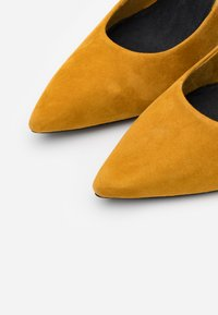s.Oliver BLACK LABEL - COURT SHOE - Classic heels - saffron - 4