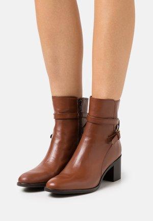 PATTI - Kotníkové boty - dark tan