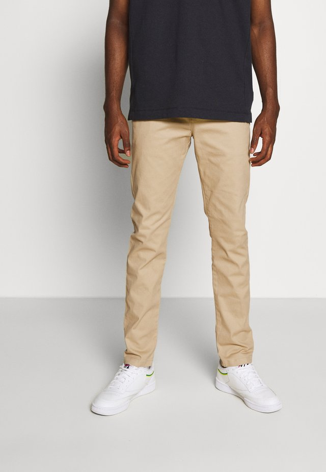 STUART PEACHED WITH GIVE AWAY BELT - Pantalones chinos - sand