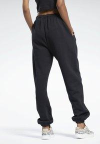 Reebok Classic - CLASSIC WARDROBE ESSENTIALS COZY FLEECE FOUNDATION - Pantalon de survêtement - black - 2