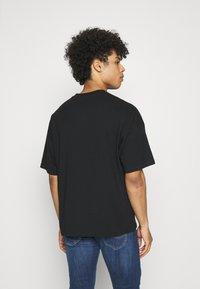 NU-IN - NU-IN X AZIZ LEM BOXY OVERSIZED  - T-shirt basique - black - 2