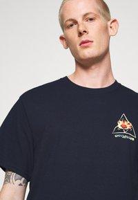 HUF - COME DOWN TEE - T-shirt print - french navy - 4