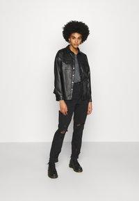 American Eagle - CURVY MOM  - Slim fit jeans - destroyed black - 1