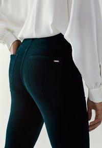 Massimo Dutti - MIT HOHEM BUND - Jeans Skinny Fit - green - 1