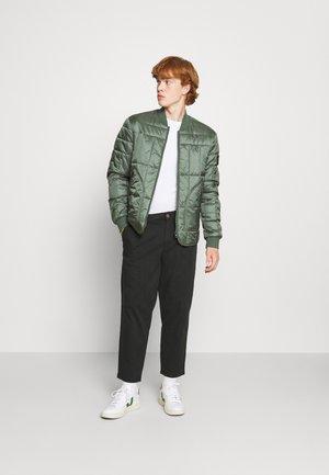 5 PACK - Basic T-shirt - white/forest green/burgundy