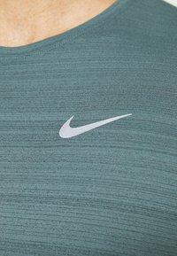 Nike Performance - MILER  - T-shirts basic - dark green - 4