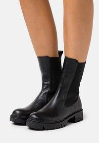 NA-KD - PROFILE CHELSEA BOOTS - Kotníkové boty - black - 0