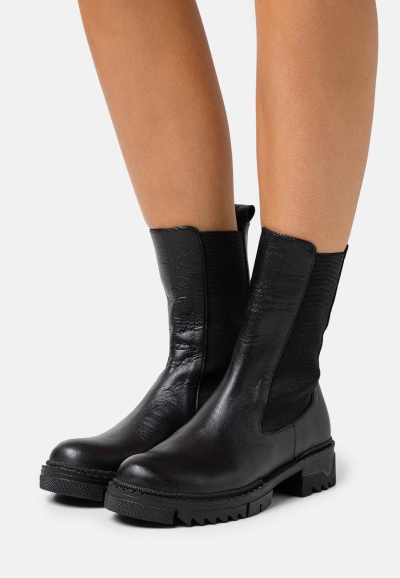 NA-KD - PROFILE CHELSEA BOOTS - Kotníkové boty - black