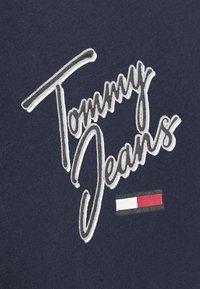 Tommy Jeans - SKINNY SCRIPT TEE - Printtipaita - twilight navy - 6