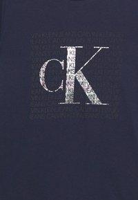 Calvin Klein Jeans - IRIDESCENT LOGO - Triko spotiskem - blue - 2