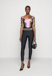 Versace Jeans Couture - LADY BUSTIER - Triko spotiskem - black - 1