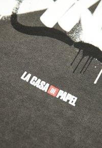 PULL&BEAR - LA CASA DE PAPEL - Print T-shirt - dark grey - 5