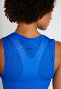Nike Performance - CROP TANK - Funktionsshirt - game royal/black