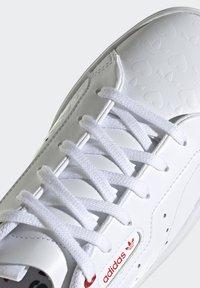adidas Originals - SLEEK - Tenisky - footwear white/scarlet/core black - 9