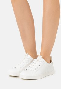 ONLY SHOES - ONLSHILO MONOCHROME  - Sneakers laag - white - 0