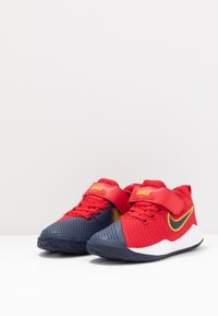 Nike Performance - TEAM HUSTLE QUICK  - Basketbalové boty - university red/midnight navy - 3
