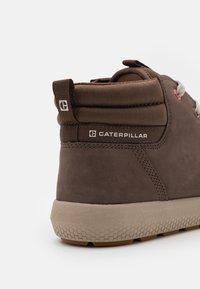 Caterpillar - PROXY MID SHOES - Sneakersy wysokie - chocolate - 5