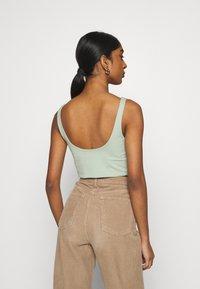 Cotton On - ASH CROP TANK 2 PACK - Toppe - white/lush green - 2