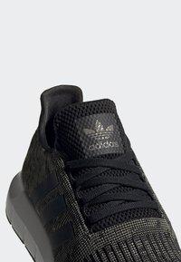 adidas Originals - SWIFT RUN SHOES - Trainers - green/black/white - 8