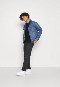 Calvin Klein Jeans - WASHED INSTITTEE UNISEX - Print T-shirt - black - 1