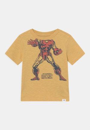 MARVEL IRON MAN GRAPHIC - T-shirt z nadrukiem - french almond