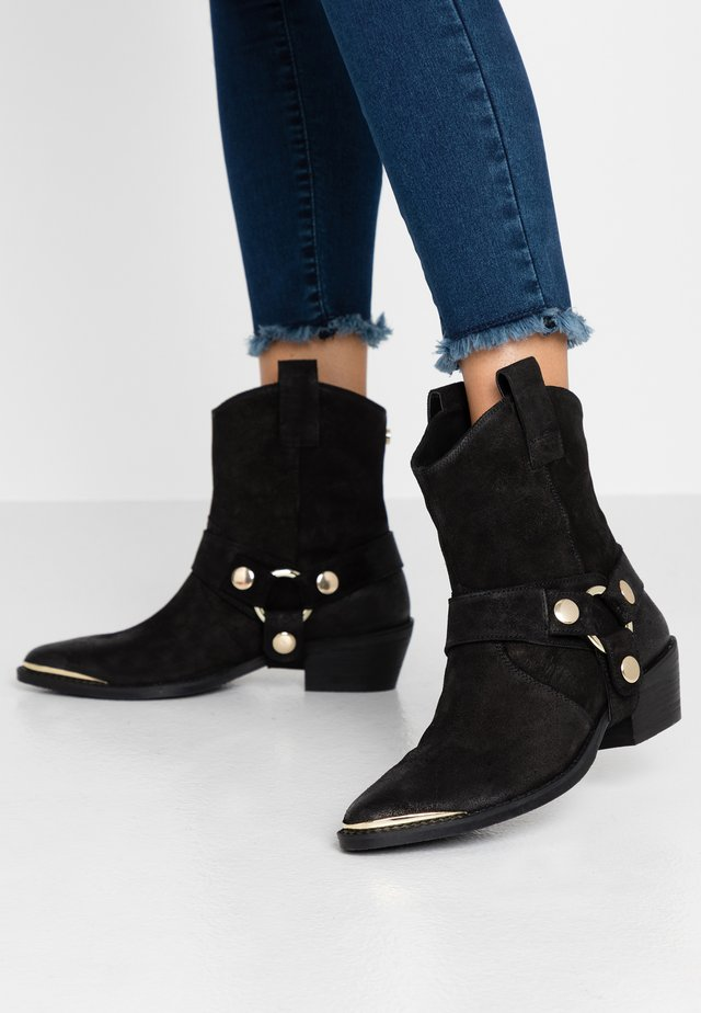 GALLOW - Cowboy/biker ankle boot - black