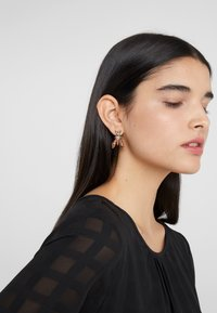 Patrizia Pepe - ORECCHINI PRECIOUS FLY MINI - Earrings - glitter red - 1