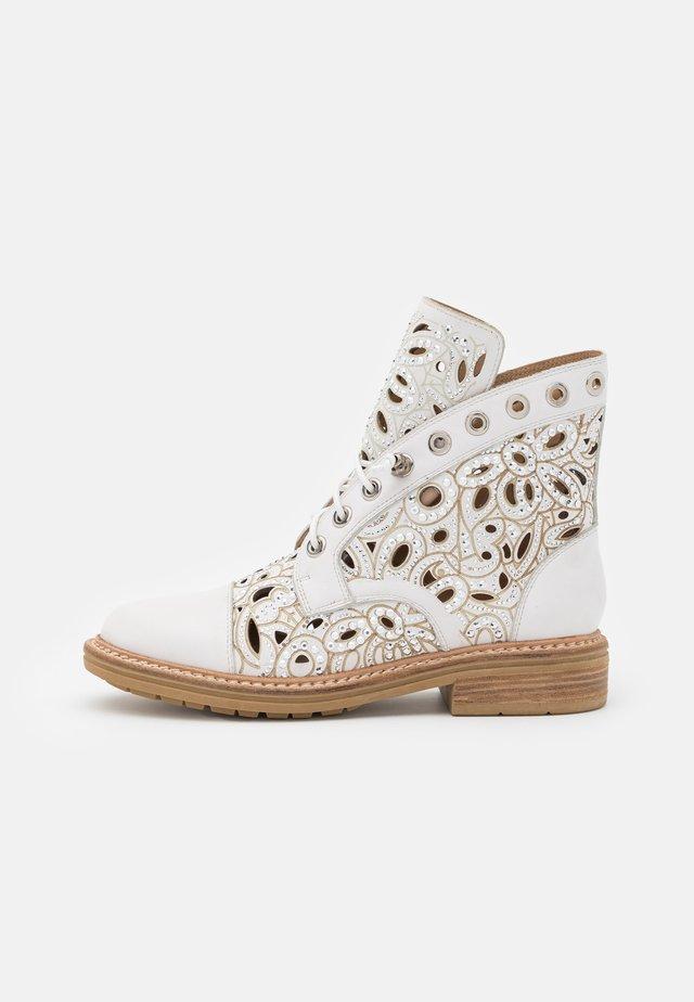 Šněrovací kotníkové boty - offwhite