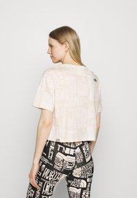 The North Face - DISTORTED LOGO CROP TEE - Camiseta básica - vintage white - 2