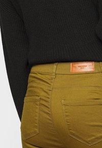 Vero Moda Tall - VMHOT SEVEN MR SLIM PUSH UP PANT - Trousers - fir green - 4
