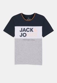 Jack & Jones Junior - JJARID CREW NECK TEE - T-shirt con stampa - navy blazer - 0