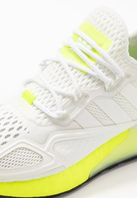 adidas Originals - ZX 2K BOOST - Tenisky - footwear white/yellow - 5