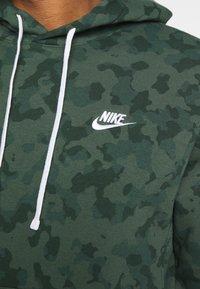 Nike Sportswear - CLUB HOODIE CAMO - Sweatshirt - galactic jade/white - 3