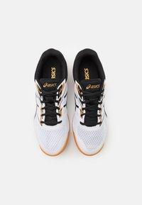 ASICS - UPCOURT 4 - Zapatillas de balonmano - white/black - 3