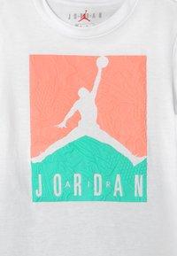 Jordan - AIR ELEMENTS SET  - Sports shorts - tropical twist - 3