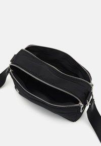 PARFOIS - CROSSBODY BAG M - Across body bag - black - 2