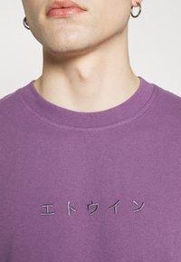 Edwin - KATAKANA EMBROIDERY - Print T-shirt - CHINESE VIOLET - 4