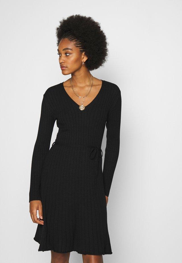 VIAURA SHORT DRESS - Pletené šaty - black