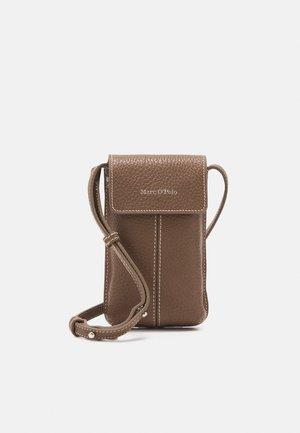 CINDY - Phone case - nutshell brown