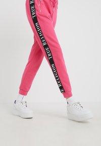 True Religion - PANT TAPE BLACK - Pantalon de survêtement - pink - 3