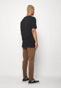 Replay - ZEUMAR HYPERFLEX  - Slim fit jeans - cigar - 2