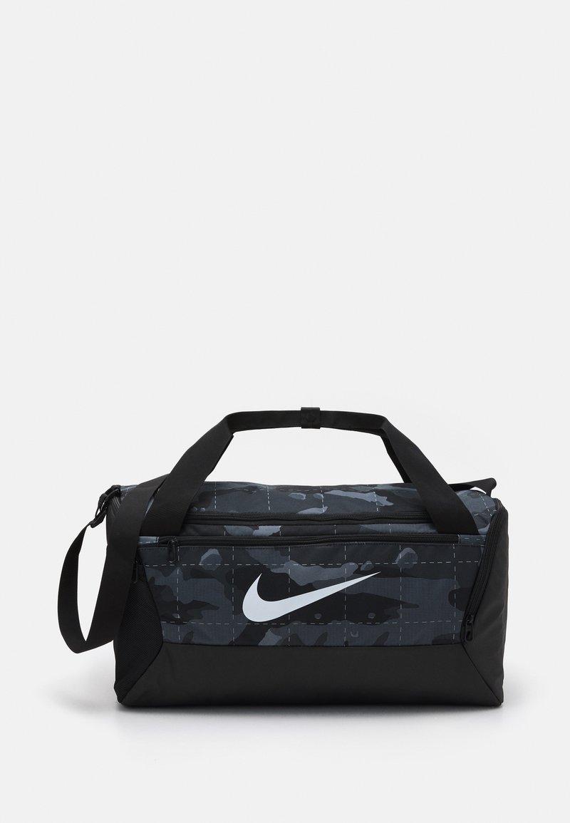 Nike Performance - S DUFF UNISEX - Treningsbag - smoke grey/black/white