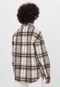Bershka - KARIERTE - Lehká bunda - brown - 2