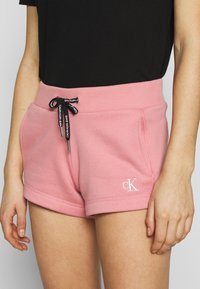Calvin Klein Jeans - CK EMBROIDERY REGULAR SHORT - Shorts - brandied apricot - 4