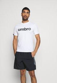 Umbro - LINEAR LOGO GRAPHIC TEE - Triko spotiskem - brilliant white - 0