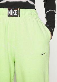 Nike Sportswear - WASH PANT - Pantalones deportivos - ghost green/black - 4