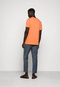 Les Deux - ENCORE  - Print T-shirt - dark papaya/dark navy - 2